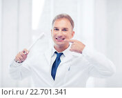 Купить «dentist with toothbrush in hospital», фото № 22701341, снято 6 июля 2013 г. (c) Syda Productions / Фотобанк Лори