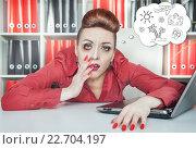 Купить «Уставшая женщина на работе мечтает об отпуске», фото № 22704197, снято 26 января 2014 г. (c) Darkbird77 / Фотобанк Лори