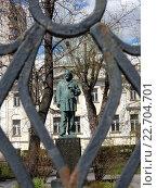 Купить «Вид на памятник А.И. Герцену сквозь решетку ограды», эксклюзивное фото № 22704701, снято 24 апреля 2016 г. (c) lana1501 / Фотобанк Лори