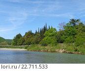 Купить «Деревья со свежей зеленой листвой на набережной реки, голубое небо с белыми облаками, весенняя Хоста», фото № 22711533, снято 23 апреля 2016 г. (c) DiS / Фотобанк Лори