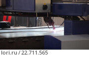 Купить «Резка металлического листа лазером», видеоролик № 22711565, снято 19 апреля 2016 г. (c) Бубнов Дмитрий / Фотобанк Лори