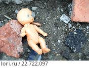 Купить «Кукла и осколки кирпичей на земле», фото № 22722097, снято 1 апреля 2016 г. (c) Антон Лесков / Фотобанк Лори