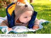 Маленький ребенок лежит на траве. Стоковое фото, фотограф Назарова Мария / Фотобанк Лори