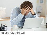 Уставший менеджер за ноутбуком. Стоковое фото, фотограф Людмила Дутко / Фотобанк Лори
