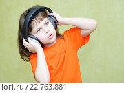 Девочка с наушниками поет. Стоковое фото, фотограф Анна Кирьякова / Фотобанк Лори
