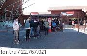 Купить «Туристы стоят в очереди за билетами на подъемник на вершину вулкана Тейде. Тенерифе, Канарские острова, Испания», видеоролик № 22767021, снято 17 февраля 2016 г. (c) Кекяляйнен Андрей / Фотобанк Лори