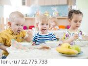 Дети обедают за столом в детском садике. Стоковое фото, фотограф Андрей Кузьмин / Фотобанк Лори