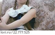 Купить «Девочка делает селфи», видеоролик № 22777525, снято 5 мая 2016 г. (c) worker / Фотобанк Лори