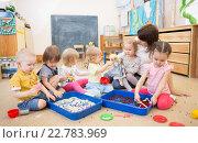 Купить «Дети с учителем играют в детском саду», фото № 22783969, снято 1 мая 2016 г. (c) Андрей Кузьмин / Фотобанк Лори