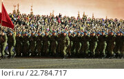 Ночная репетиция парада на Красной площади в Москве в честь 71-й годовщины Дня Победы. Торжественный марш солдат по Красной площади. Воздушно-десантные войска (2016 год). Редакционное видео, видеограф Игорь Долгов / Фотобанк Лори