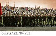 Купить «Ночная репетиция парада на Красной площади в Москве в честь 71-й годовщины Дня Победы. Торжественный марш солдат по Красной площади», видеоролик № 22784733, снято 5 мая 2016 г. (c) Игорь Долгов / Фотобанк Лори