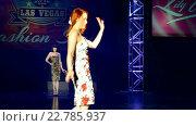 Купить «Рыжеволосая модель на презентации ретро белья на Viva Las Vegas Fashion Show 2016, Лас Вегас, США», видеоролик № 22785937, снято 15 апреля 2016 г. (c) FMRU / Фотобанк Лори