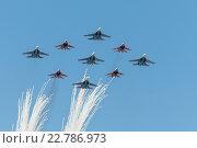 Купить «Пилотажная группа Стрижи и Русские Витязи летают над Красной площадью», фото № 22786973, снято 7 мая 2016 г. (c) Андрей Радченко / Фотобанк Лори