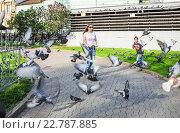 Купить «Девушка катается на самокате, разгоняя голубей, на Славянской площади в Москве», эксклюзивное фото № 22787885, снято 9 мая 2015 г. (c) Алёшина Оксана / Фотобанк Лори