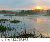 Оранжевый восход над рекой и берегами покрытыми туманом. Стоковое фото, фотограф Бронислав Богачевский / Фотобанк Лори
