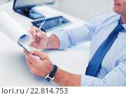 Купить «businessman working and signing papers», фото № 22814753, снято 9 июня 2013 г. (c) Syda Productions / Фотобанк Лори