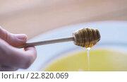 Купить «hand holding dipper with pouring honey», видеоролик № 22820069, снято 15 апреля 2016 г. (c) Syda Productions / Фотобанк Лори
