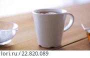 Купить «hand adding sugar to cup of tea or coffee», видеоролик № 22820089, снято 15 апреля 2016 г. (c) Syda Productions / Фотобанк Лори