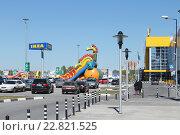Купить «Город Омск, торговый центр  «ИКЕА Омск», парковка», фото № 22821525, снято 3 мая 2016 г. (c) Виктор Топорков / Фотобанк Лори