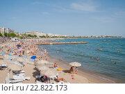 Купить «Франция, Канны. Множество людей на пляже Круазетт», фото № 22822173, снято 6 августа 2013 г. (c) Olesya Tseytlin / Фотобанк Лори