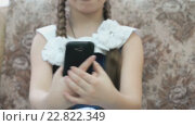 Купить «Девочка со смартфоном на кресле», видеоролик № 22822349, снято 5 мая 2016 г. (c) worker / Фотобанк Лори