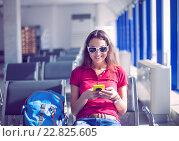 Купить «Девушка сидит в зале ожидания аэропорта», фото № 22825605, снято 17 сентября 2019 г. (c) Дарья Петренко / Фотобанк Лори