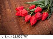 Букет красных тюльпанов на деревянном фоне. Стоковое фото, фотограф Владимир Семенчук / Фотобанк Лори