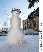 Купить «Снеговик на городской улице», эксклюзивное фото № 22841453, снято 23 февраля 2016 г. (c) Вячеслав Палес / Фотобанк Лори