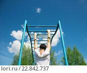 Мужчина делает подтягивания на турнике (2011 год). Редакционное фото, фотограф Ильнар Ханов / Фотобанк Лори