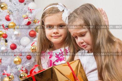 Девочке подарили не тот подарок, другая девочка успокаивает ее