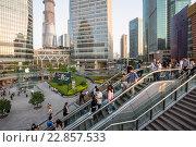 Люди гуляют в деловом районе Пудонг города Шанхая , Китайская Народная Республика (2013 год). Редакционное фото, фотограф Николай Винокуров / Фотобанк Лори