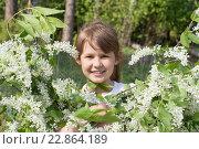 Портрет девочки в цветущей вишне. Стоковое фото, фотограф Лощенов Владимир / Фотобанк Лори