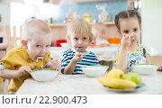 Купить «Дети едят в детском саду», фото № 22900473, снято 1 мая 2016 г. (c) Андрей Кузьмин / Фотобанк Лори