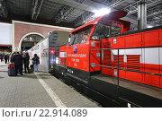 Купить «Маневровый тепловоз ТЭМ-ТМХ с двухэтажным поездом на платформе Казанского вокзала вечером», эксклюзивное фото № 22914089, снято 29 апреля 2016 г. (c) Алексей Гусев / Фотобанк Лори