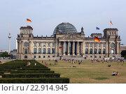 Купить «Berlin, Germany, overlooking the Reichstag building and the TV tower», фото № 22914945, снято 12 августа 2015 г. (c) Caro Photoagency / Фотобанк Лори