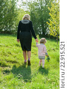 Бабушка гуляет с внучкой. Стоковое фото, фотограф Dmytro Kohut / Фотобанк Лори