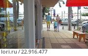 Купить «Family of three leaving store and walking in the street», видеоролик № 22916477, снято 18 марта 2016 г. (c) Данил Руденко / Фотобанк Лори