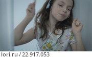 Купить «Красивая девочка в наушниках эмоционально поет песни», видеоролик № 22917053, снято 24 апреля 2016 г. (c) Юлия Машкова / Фотобанк Лори