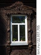 Современное пластиковое окно с резным деревянным наличником. Стоковое фото, фотограф Ирина Смирнова / Фотобанк Лори