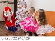 Купить «Две девочки увидели деда мороза который принес им подарки», фото № 22940129, снято 24 января 2016 г. (c) Иванов Алексей / Фотобанк Лори