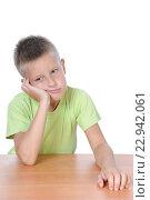 Задумчивый мальчик сидит за столом. Стоковое фото, фотограф Анфимов Леонид / Фотобанк Лори