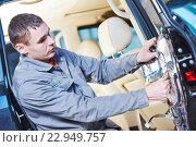 Купить «auto mechanic placing the damping mats on car door», фото № 22949757, снято 15 марта 2016 г. (c) Дмитрий Калиновский / Фотобанк Лори