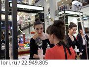 Мастер-классы по макияжу и техникам ухода от эксклюзивных марок для гостей Summer. Style. Festival в универмаге ДЛТ в Санкт-Петербурге, фото № 22949805, снято 20 мая 2016 г. (c) Лиляна Виноградова / Фотобанк Лори