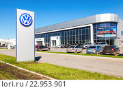 Самара. Новые автомобили припаркованы возле офиса официального дилера концерна Volkswagen (2016 год). Редакционное фото, фотограф FotograFF / Фотобанк Лори