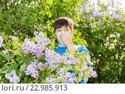Купить «boy with allergic rhinitis near blossoming lilac», фото № 22985913, снято 15 мая 2016 г. (c) Володина Ольга / Фотобанк Лори