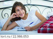 Portrait of girl putting dreams in notepad. Стоковое фото, фотограф Яков Филимонов / Фотобанк Лори