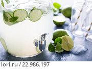 Лаймовый и огуречный лимонад в диспенсере. Стоковое фото, фотограф Елена Веселова / Фотобанк Лори