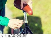 Купить «close up of man adjusting fixed gear bike saddle», фото № 23003581, снято 30 мая 2015 г. (c) Syda Productions / Фотобанк Лори