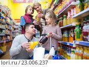 Купить «Parents with two kids choosing soda», фото № 23006237, снято 22 ноября 2018 г. (c) Яков Филимонов / Фотобанк Лори