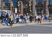 Купить «Люди идут по пешеходному переходу», фото № 23007509, снято 23 мая 2016 г. (c) Татьяна Чепикова / Фотобанк Лори
